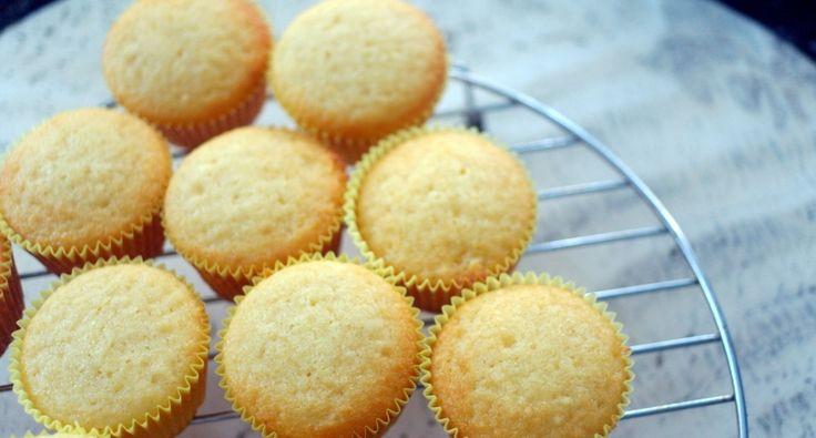 Przepis na muffinki waniliowe: Oto podstawowy przepis na waniliowe muffinki. Można dodać do nich kakao w proszku lub kawałki czekolady, wtedy muffinki będą mieć czekoladowy smak. Na bazie tego przepisu możesz przygotować jakiekolwiek muffinki z różnymi dodatkami. Wspaniały przepis!
