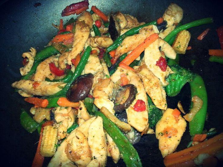 pollo con vegetales mixtos #favhealthyfood ... pollo, ajo, sal/pim, vegetales congelados jiji rapidito :)