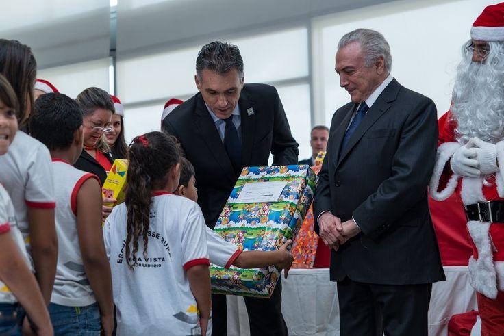 Crianças recebem presentes do Papai Noel dos Correios no Palácio do Planalto confira mais em http://www.publicidadecampinas.com.br/criancas-recebem-presentes-do-papai-noel-dos-correios-no-palacio-do-planalto/.   Mais de 130 alunos da Escola Classe Rural Boa Vista, de Sobradinho (DF), foram contemplados pelo projeto Papai Noel dos Correios e participaram de uma ação especial na manhã desta sexta-feira (16): foram recebidos no Salão Nobre do Palácio do Planalto pe