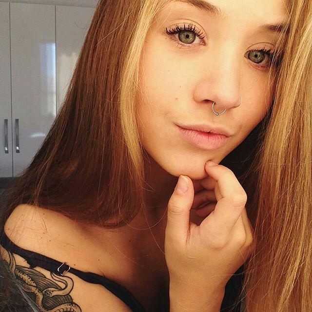 #wattpad #fico-adolescente Stephanie Assunção Montes Uma menina metida,egoísta,patricinha,fria tem 17 anos,nasceu e cresceu em berços de ouro,filha única,Seus pais sumiram desde seus 2 meses de vida,ela mora com seus avos ricos em um apartamento em Copacabana,eles mimam ela de todos os jeitos,ela é invejada e odiada e muito...