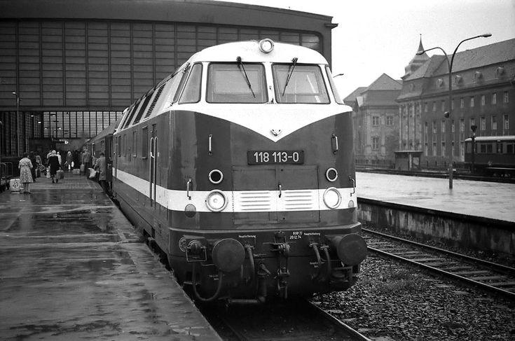 """1975 Bahnhof """"Zoologischer Garten""""Interzonenzug nach Hamburg mit Diesellok der DR"""