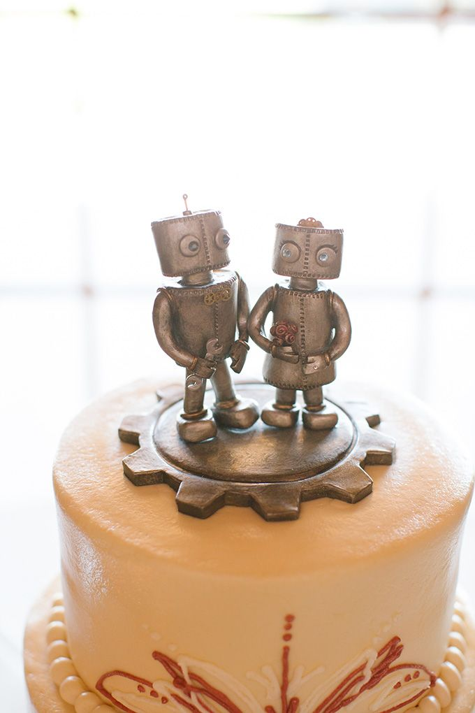 Robots cake topper - definitely one of the best weddding cake toppers ever!