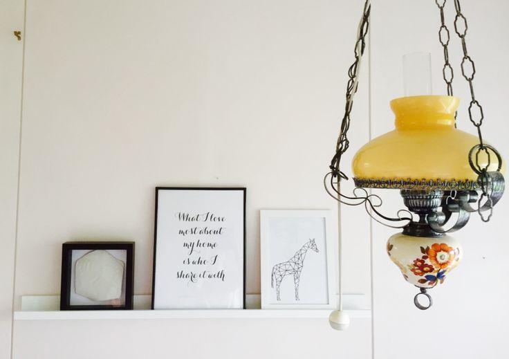 Kotimme kauniimpia yksityiskohtia. Itsetehty kirahvitaulu, Deseniolta tekstijuliste ja kummitytön jalan- ja kädenjälki. Lamppu on mummun ja papan kihlajaislahja.