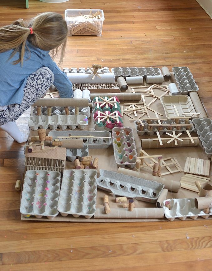 Aus recycelten Materialien kreieren Kinder eine riesige Assemblage-Struktur, die sie …   – Bulletin Board Ideas