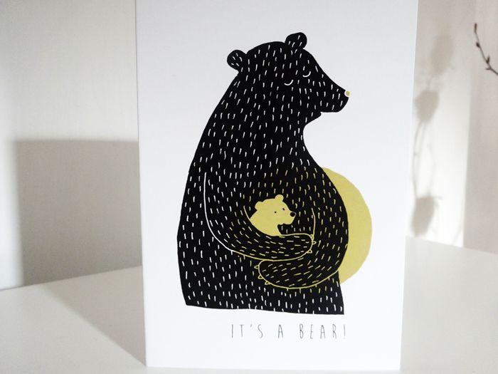 """Je to medvěd! Velká medvědice s mrňavým medvídětem. Přání k narození miminka nebo oznámení o narození (inspirováno """"je to kluk/holka!"""", tak teď """"je to medvěd!"""") Přání s autorskou grafikou v černo-zlaté barvě. Cena za 1 kus, vč. kvalitní smetanové samolepící obálky s vodoznakem. Kvalitní digitální tisk na silný papír gramáže 350g/m2. Velikost při složení 105 x ..."""