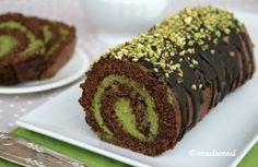 Il rotolo al pistacchio e cioccolato è un dolce delizioso, preparato con una base di pasta biscotto al cioccolato fondente e farcito con namelaka al pistac