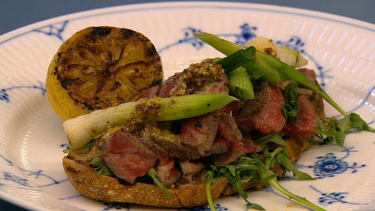 Smørrebrød med ribe-eye, grillede forårsløg og sennep