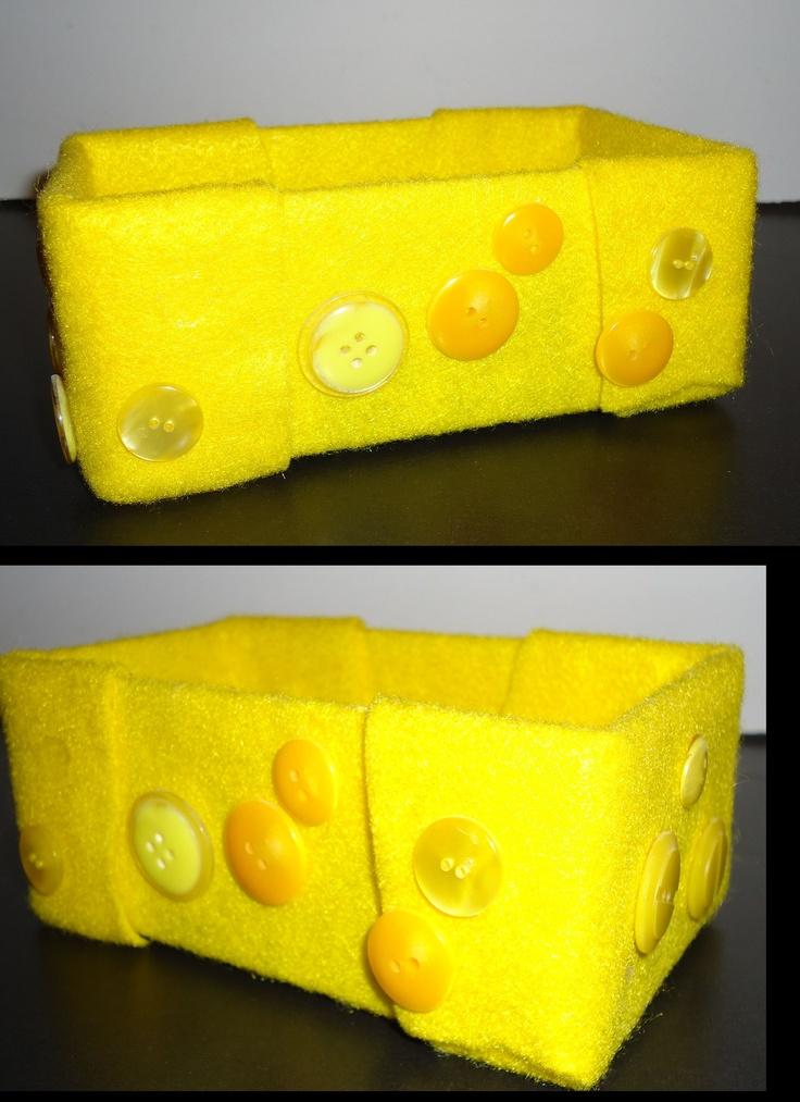 DIY knutselen: Mini bakje van gele stof en gele knoopjes