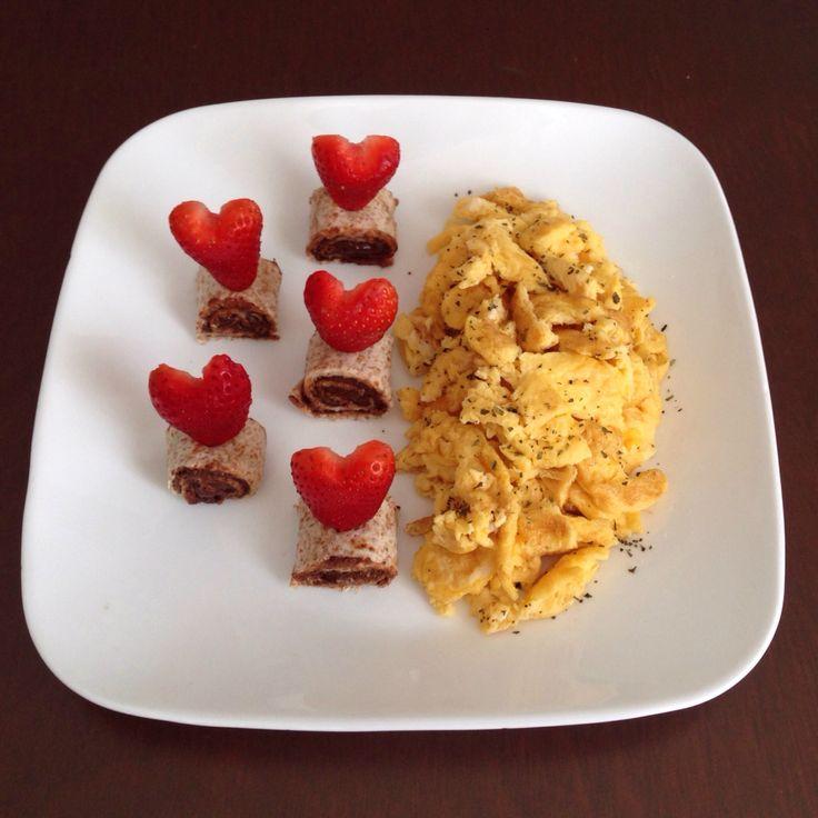 Huevos revueltos con tortilla untada de chocoramo y fresas en forma de corazón