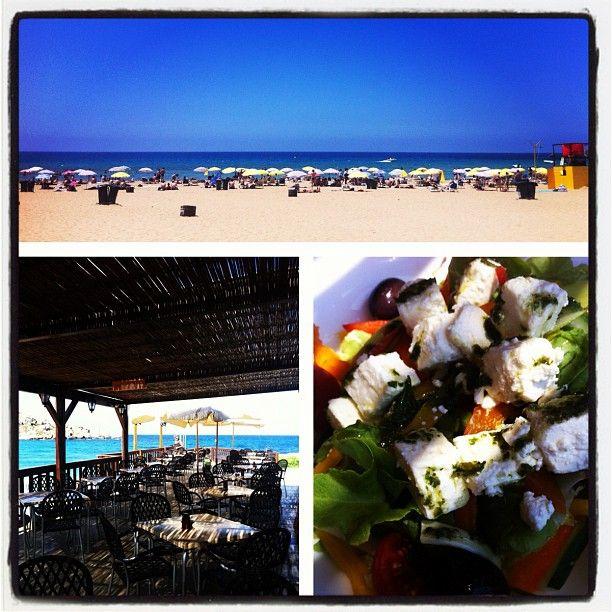 In spiaggia pranzo light con insalata greca, tipica mediterranea #malta @AMSimo