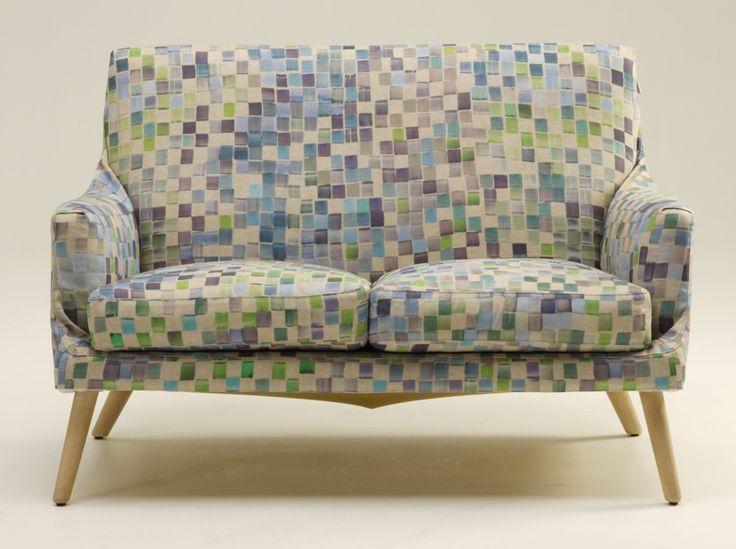 Il divano Egregio, design Pepe Tanzi per Biesse, ha la struttura in acciaio con piedini in faggio naturale. Imbottito con poliuretano schiumato a freddo, mentre i cuscini all'interno hanno piuma d'oca. Rivestito in cotone completamente sfoderabile. Misura L 134 x P 85 x H 90. Prezzo 1.904 euro. www.biesse2000.it