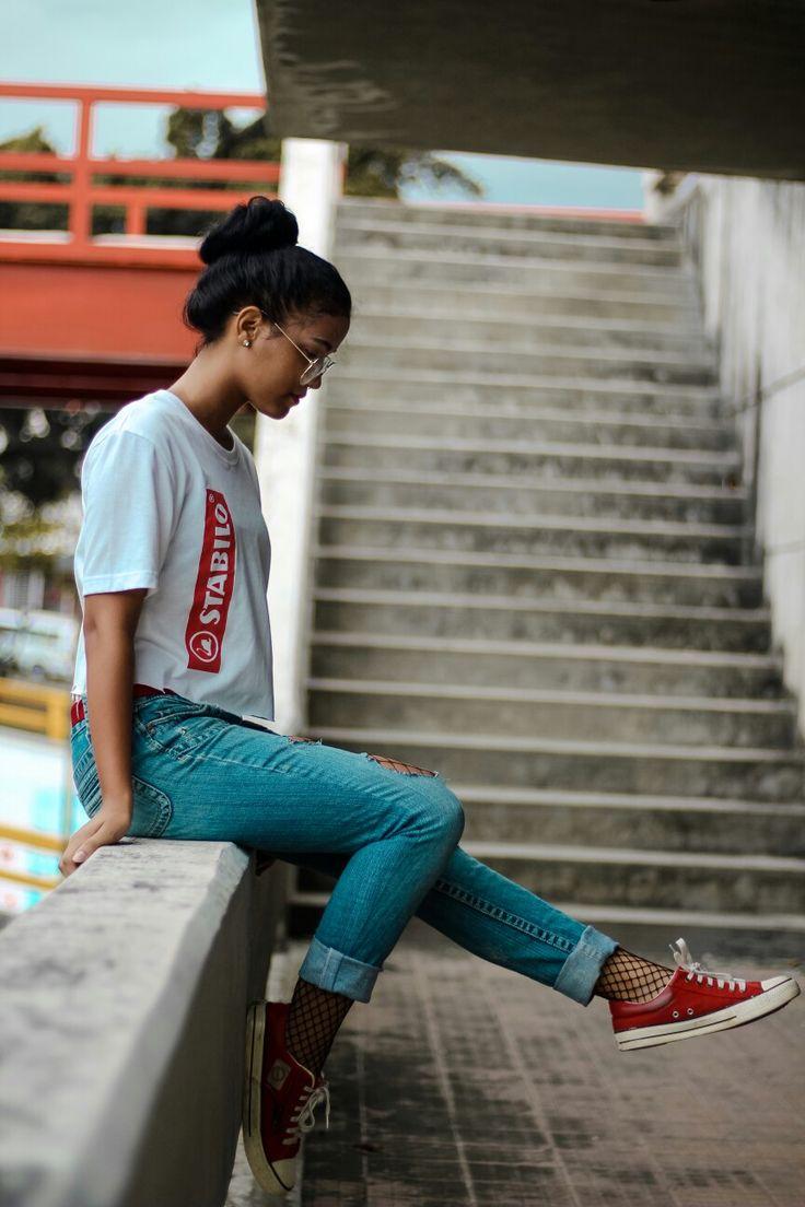Chica urbana Tumblr mirando a la nada ❤