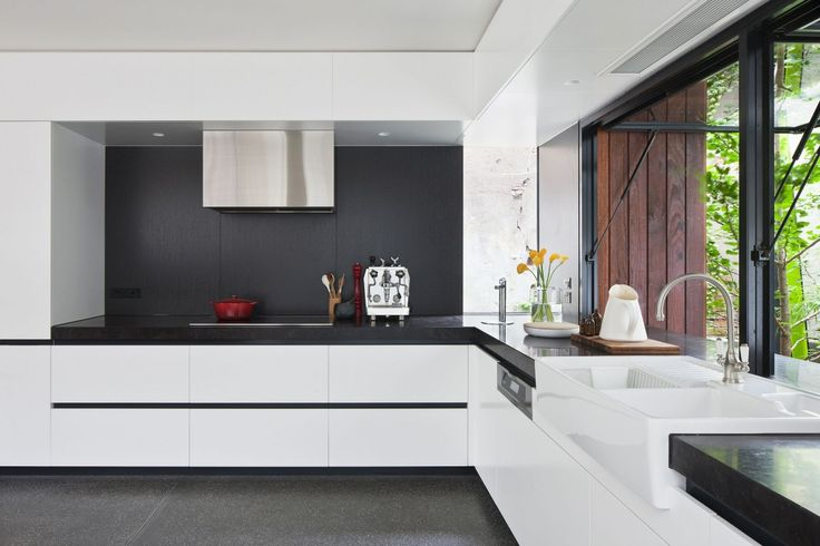selkeät linjat - mustaa ja valkoista  http://freshome.com/2014/01/17/visual-connection-old-new-fitzroy-house-techne-architects/  Black and white kitchen Visual Connection Between New and Old: Fitzroy House by Techne Architects