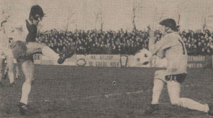 28-12-1974: De eerste bekerontmoeting van #FCGroningen met amateurs was weinig succesvol. Zwaan scoort hier de 1-0 voor IJsselmeervogels langs keeper Wil Huberts #grocap