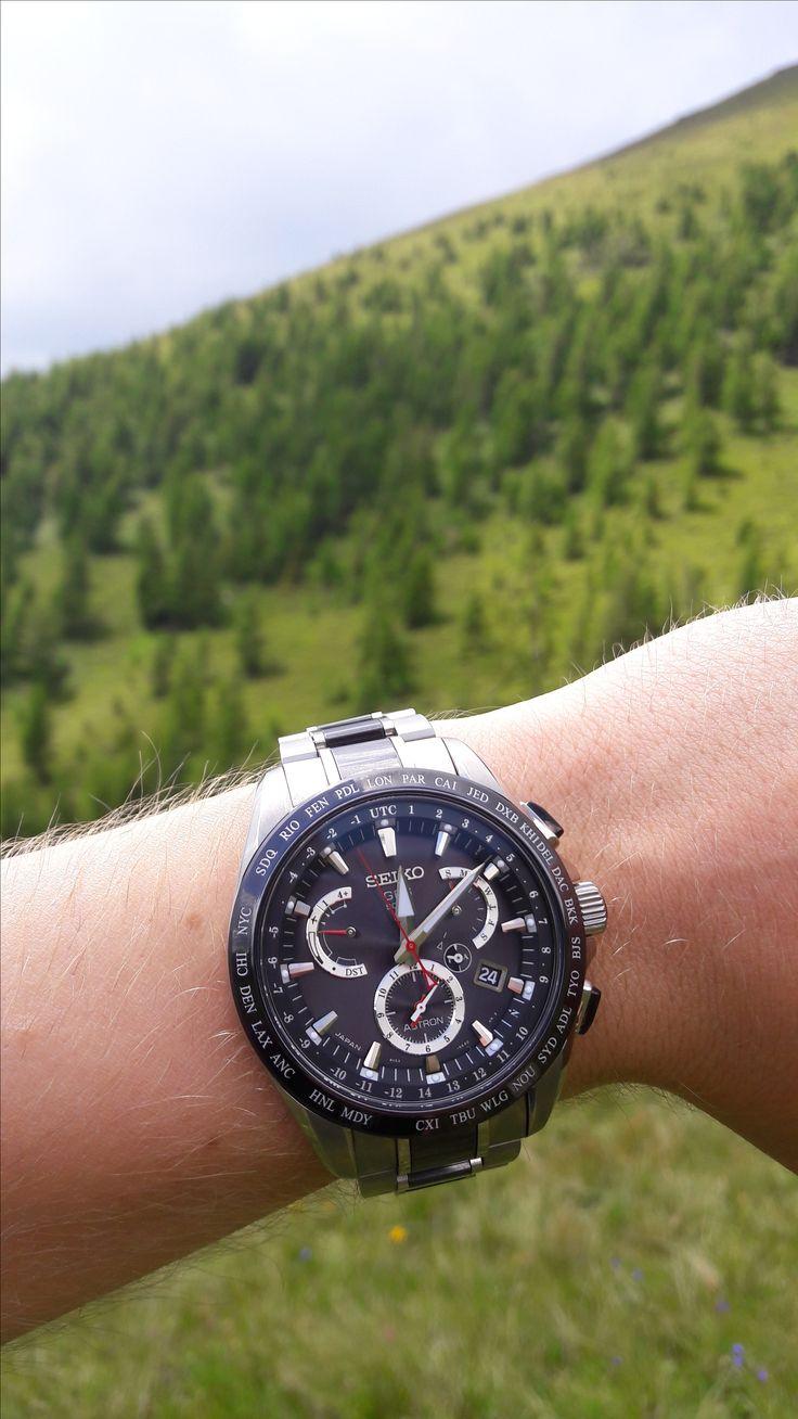 Eine zuverlässige Solaruhr im alpinen Gelände: Seiko Astron SSE041J1. #luxusuhr #solaruhr #seiko #astron #armbanduhr #weltzeit