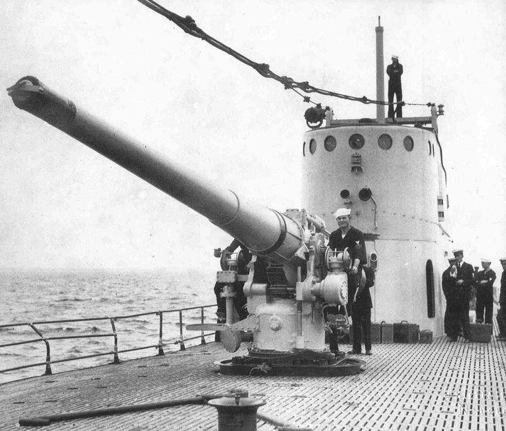 "6""/53"" deck gun submarin USS V-4 (SF-7) , during shakedown tests off Provincetown, Massachusetts, 21 June 1928."