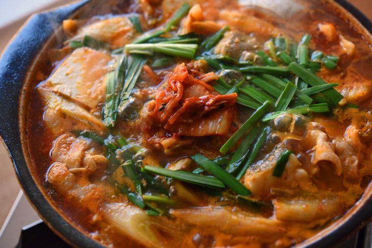 いちばん丁寧な和食レシピサイト、白ごはん.comの『キムチ鍋の作り方』を紹介しているレシピページです。白ごはん.comのキムチ鍋はコチュジャンなどの調味料は使わず、家にあるものでシンプルに美味しく作ろう!というコンセプト。なんといっても出汁がいちばん大事。煮干しをメインに、生姜とにんにくをきかせたもので作ります。ぜひお家でお試しください。