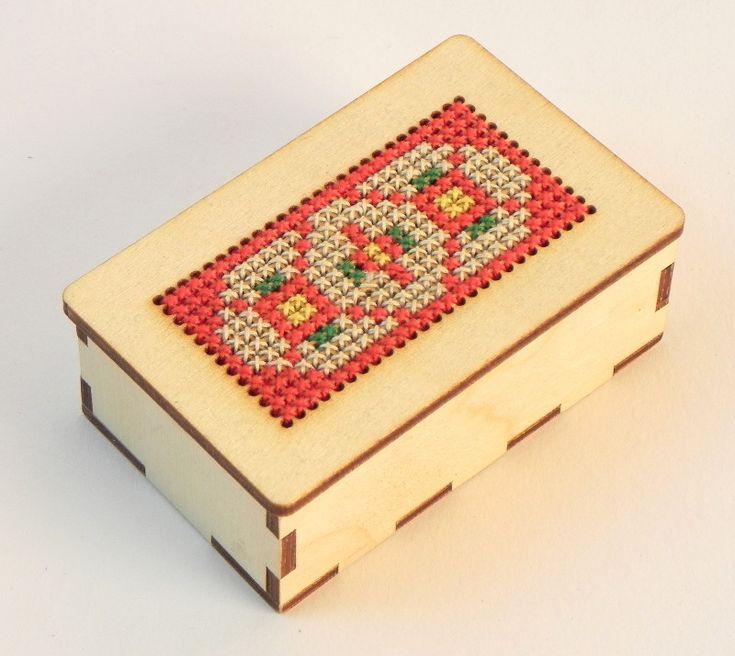 Vyšívání, gumičkování | Kovová jehla | Dřevovýšivka – krabička | DomDom - dřevěné výrobky pro kreativní činnost, didaktické pomůcky, suvenýry