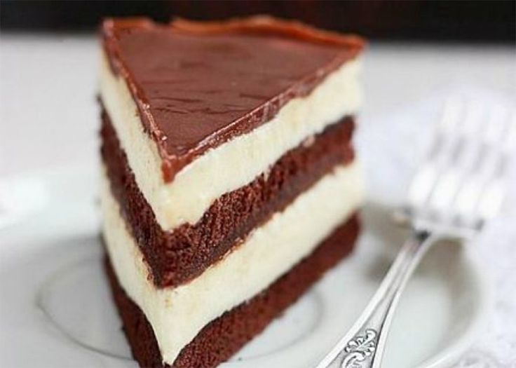Vă prezentăm o rețetă de tort delicios cu ciocolată. Acesta este un desert fin și aromat, cu un gust intens de ciocolată și textură plăcută. Blatul de ciocolată aerat se combină perfect cu crema de ciocolată albă și glazura cu ciocolată neagră. Cu doar o singură felie de acest tort uimitor veți cuceri imediat chiar …
