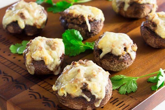 Фаршированные грибы — это вкусная закуска. Каждый гриб наполнен хрустящим беконом, обжаренным чесноком, говяжьим фаршем и расплавленным