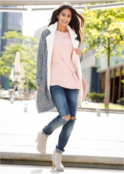 Trendi kötött kabát a Bodyflirt márkától, polár gallérral és rávarrt zsebekkel. Hossza a 36/38-as méretben kb. 89 cm. Felső anyag: 100% akril; Gallér: poliészter