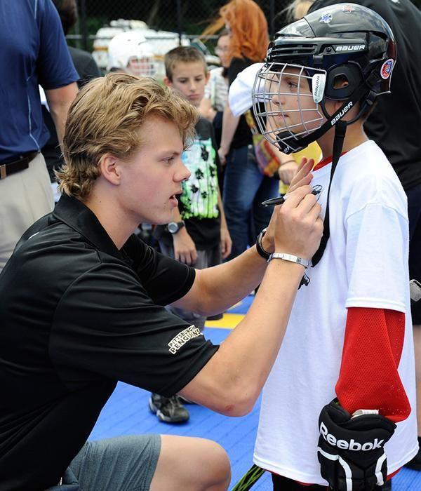 Pittsburgh Penguins' Kasperi Kapanen signing autographs