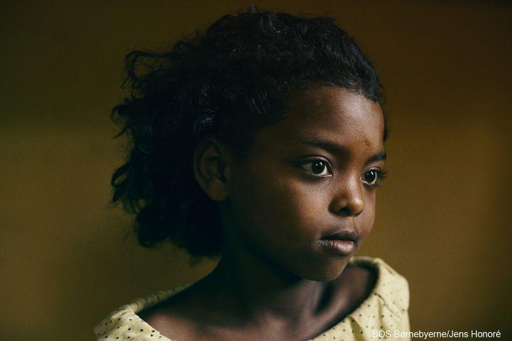 Billedskøn. Denne smukke pige er et af de forældreløse og udsatte børn, der lige nu vokser op i SOS-børnebyen i Bahir Dar i Etiopien. #Etiopien #forældreløs