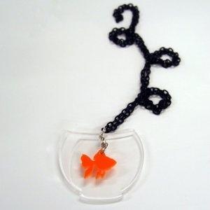 Ciondolo in plexiglass tagliato a laser, con catena in metallo verniciato colore nero, senza nichel.
