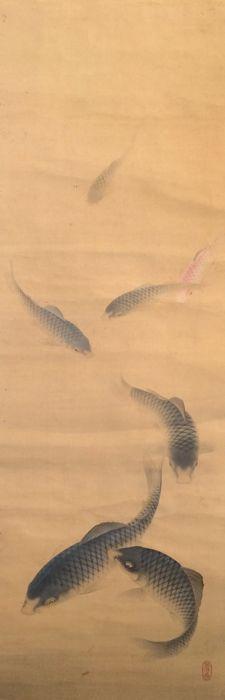 'Zeven karpers' - grote zeer gedetailleerde scroll schilderij op doek (216cm!) - verzegeld - Japan - ca. 1900  Oude gedetailleerd en zeer grote handbeschilderd scroll schilderij op doek met zeven karpers.Japan ca. 1900.Een heel mooi schilderij op doek.Verzegeld.De uiteinden van de roller zijn gemaakt van bot.Afmetingen: (breedte x hoogte)Total afmetingen: ca. 55 x 216 cm!! (excl. roller eindigt)Schilderij afmetingen: ca. 41 x 1255 cmGoede conditie voor haar leeftijd het schilderij is oud en…