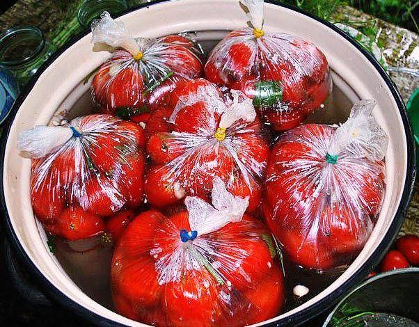 Более вкусной закуски, чем помидоры, засоленные в пакетах, я не пробовала... никого не оставляет равнодушным! все будут выпрашивать рецепт, попробуйте, рецепт проверен годами.