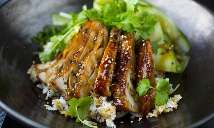 Japanskinspirert kylling teriyaki serverer du med ris eller nudler - topp med godt med saus og pynt med sesamfrø og koriander.
