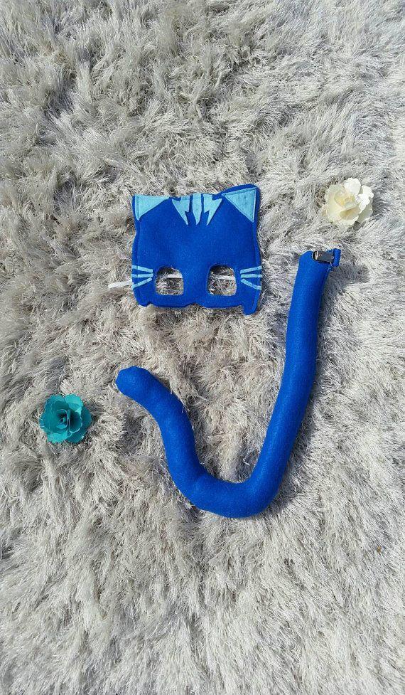 PJ masques-Catboy Costume. Masque et queue vendu comme un ensemble. Prêt à expédier. Ceux-ci doivent s'adapter à la plupart des enfants. Option bébé/enfant en bas âge dans une liste séparée. Mesures pour garçon chat sont approximatives. QUEUE est livré avec un clip robuste pour tenir pour les vêtements de votre enfant. Queue est rembourrée avec de la fibre synthétique souple. Dimensions : Longueur 15,5 approximative pouces (longueur totale de haut en s'enroulent sur la queue est environ…