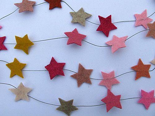 guirlande d'étoiles en feutrine http://www.troispetitsriens.com/article-116598412.html
