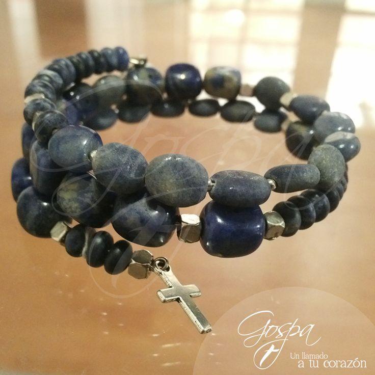 Pulsera espiral Gospa Catholic Jewelry  Elaborada en piedra azul con medalla y cruz en pewter