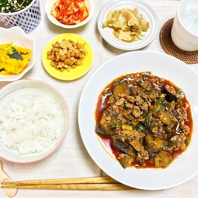 晩ごはん😋🍽 * * ・麻婆茄子の炒め物 ・かぼちゃサラダ ・わかめスープ ・そぼろ納豆 ・キムチ漬け ・搾菜漬け ・麦ごはん ・芋焼酎ロック * * 今日の晩ごはんは、中華でした😄🎶 旦那さんはご飯3杯分くらいおかわりしてくれて 見事な食べっぷり😳💨嬉しい限りでした🍚✨ * * #晩ごはん #料理 #おうちごはん #器 #小石原焼  #dinner #cooking #yummy #eat #food #pumpkin