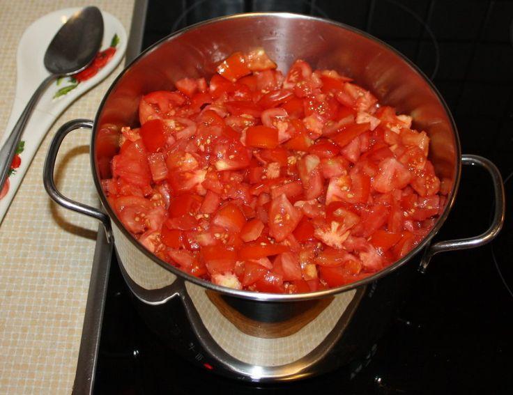 die Tomaten im Topf vor dem Kochen