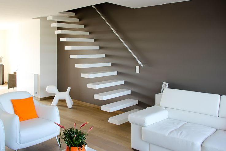 Zwevende trap met corian treden en strakke witte leuning langs de muur trap pinterest muur - Foto moderne trap ...