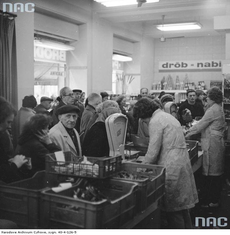 Sklep Państwowego Gospodarstwa Rolnego Bródno przy ul. Marszałkowskiej 28 w Warszawie, 1977. I remember stores like this.