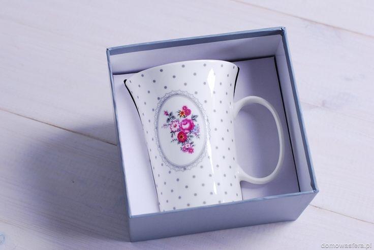 Wyjątkowy biały kubek w szare groszki, zdobiony kwiatowym motywem. Naczynie posiada estetyczne tekturowe opakowanie, które będzie idealną otoczką dla prezentu.