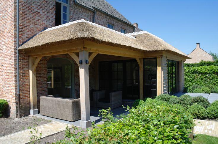 Overdekt terras met uitbreiding van de keuken voorzien van rieten dak en deels een plat dak - Uitbreiding veranda ...