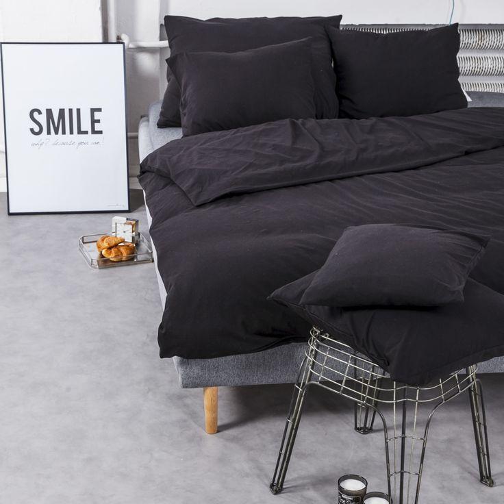 Czarna pościel dzianinowa - aranżacja sypialni.