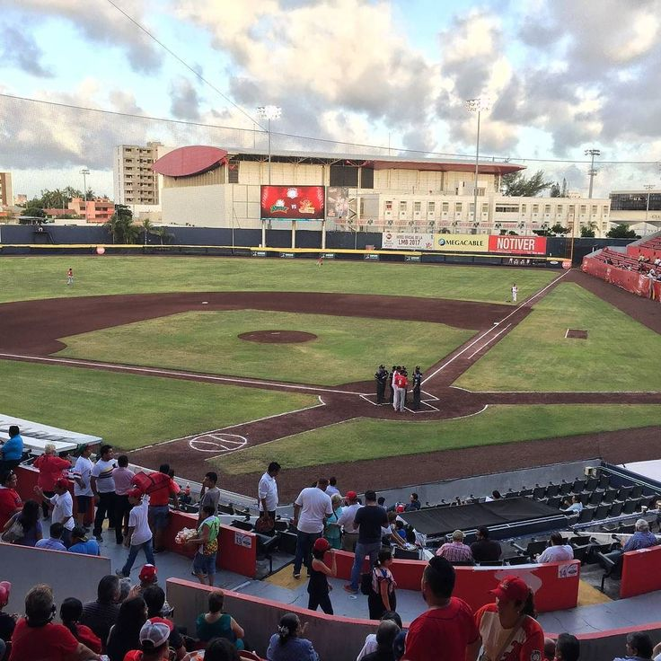 #EsteDiaPintaPara que @rojosdelaguila ganen su pase a play-off foto by @tachimorales  #beisbol #veracruz  #mexico #playoff #play #clouds #visit #photo #stadium #juego #jarochos #jarochilandia #beis #lmb #homerun #weekend #friday #people