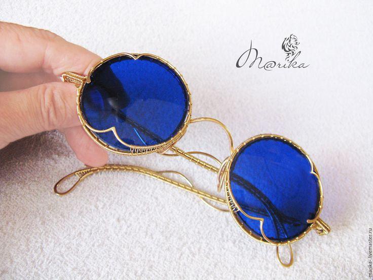 Купить или заказать Очки тишейды из латуни в интернет-магазине на Ярмарке Мастеров. Если у Вас есть желание выделиться в яркий пляжный сезон, неизменно обращать на себя внимание и чувствовать заинтересованные взгляды, то эти очки - как раз то, что для этого нужно. В таком аксессуаре Вы будете супер-индивидуальны! Синий цвет стекол великолепно сочетается с желтым цветом металла, внося в образ яркость и оригинальность. Очки выполнены в технике Wire wrap (плетение из проволоки) с применением…