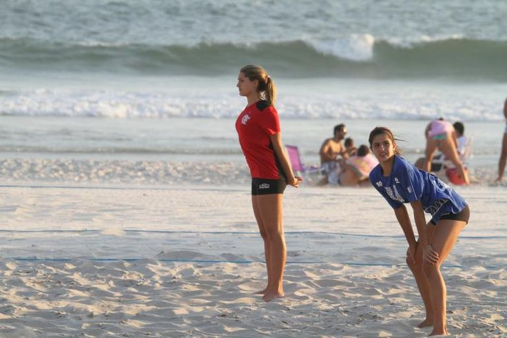 Sasha treina vôlei em praia no Rio de Janeiro com amigas