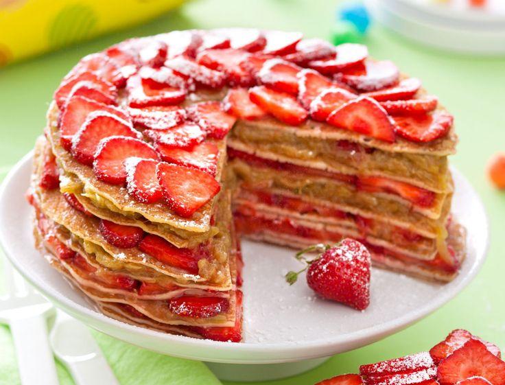On la dévore nature avec un peu de chantilly, on la glisse dans les tartes sucrées ou les desserts plus élaborés… La fraise ramène sa fraise partout !