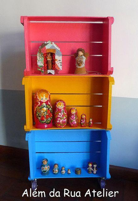 Como fazer estante com caixotes, via Flickr. caixotes
