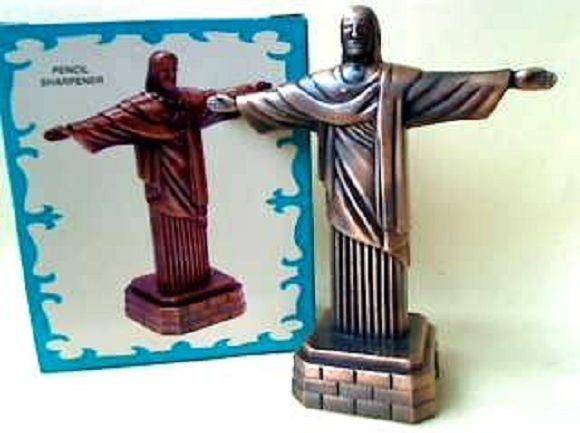 Miniatura De Metal - Apontador De Lápis - Cristo Redentor  DIE-CAST MINIATURE - NO.614    Descrição:  - Produzida em metal com um excelente acabamento;    Tamanho:  Altura 9,5cm Largura 8cm Profundidade 3,5cm    Miniaturas colecionáveis em Metal