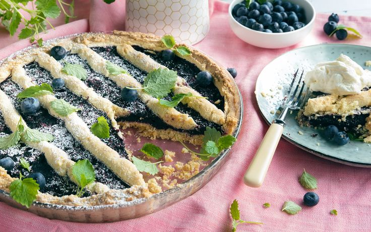 Den klassiske blåbærpaien i ny, glutenfri drakt. Sjekk oppskriften her.