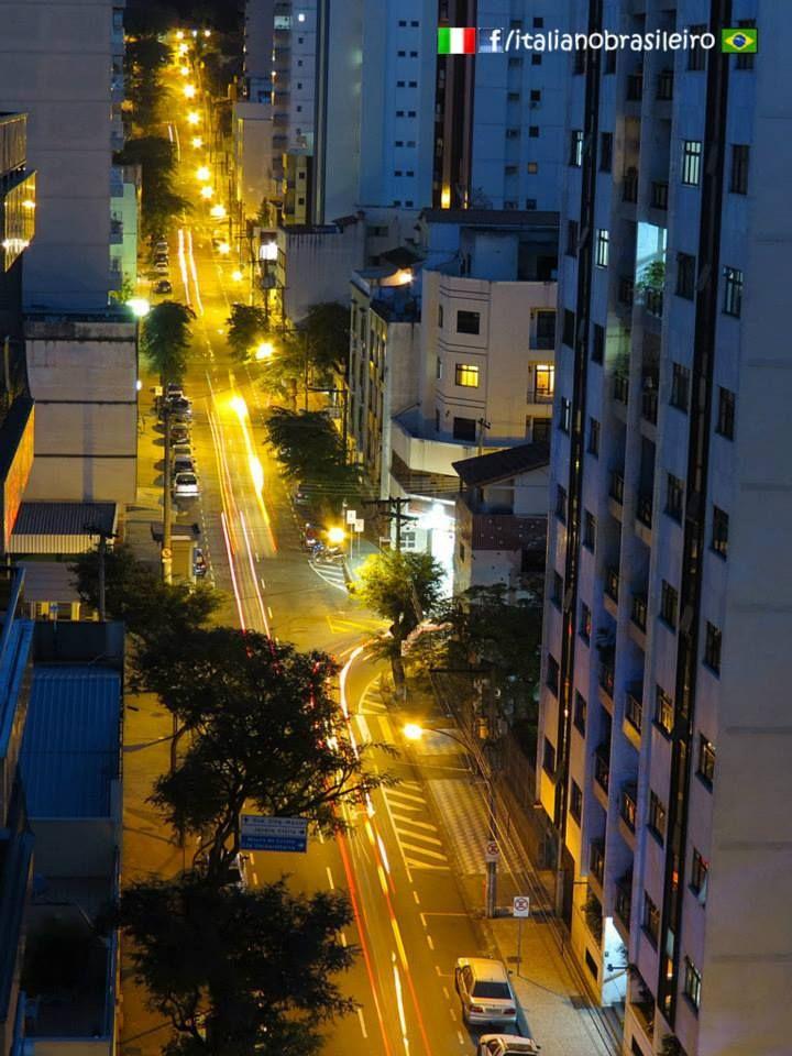 Juiz de Fora (MG) - Rua Barão de Cataguases http://italianobrasileiro.blogspot.com/  Rua Barão de Cataguases, fotografada a partir da esquina com a Rua Santo Antônio. #juizdefora   #minasgerais   #brasil   #turismo