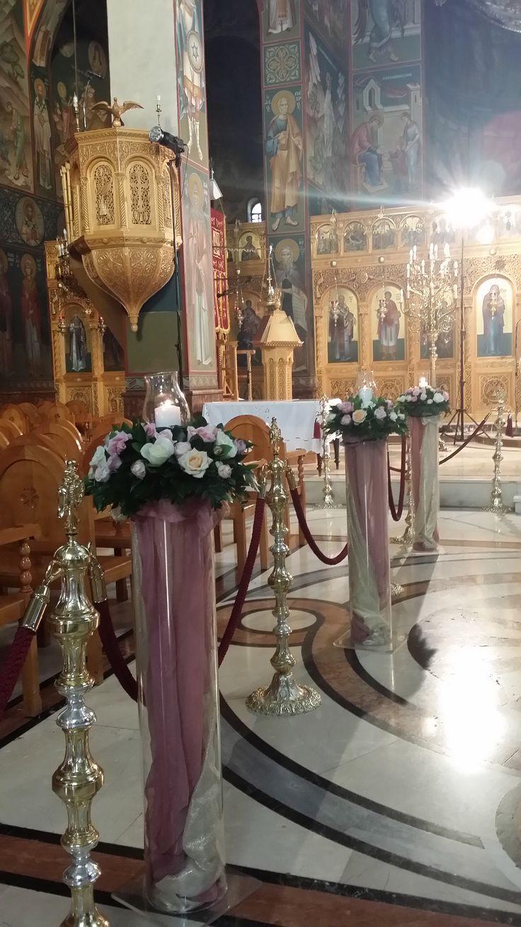 Στολισμός γάμου εσωτερικά του ναού με συνθέσεις από τριαντάφυλλα, κερί, λαμπόγυαλο που μετά μπορούν να διακοσμήσουν την δεξίωση σας στο κτήμα ή στο κέντρο.